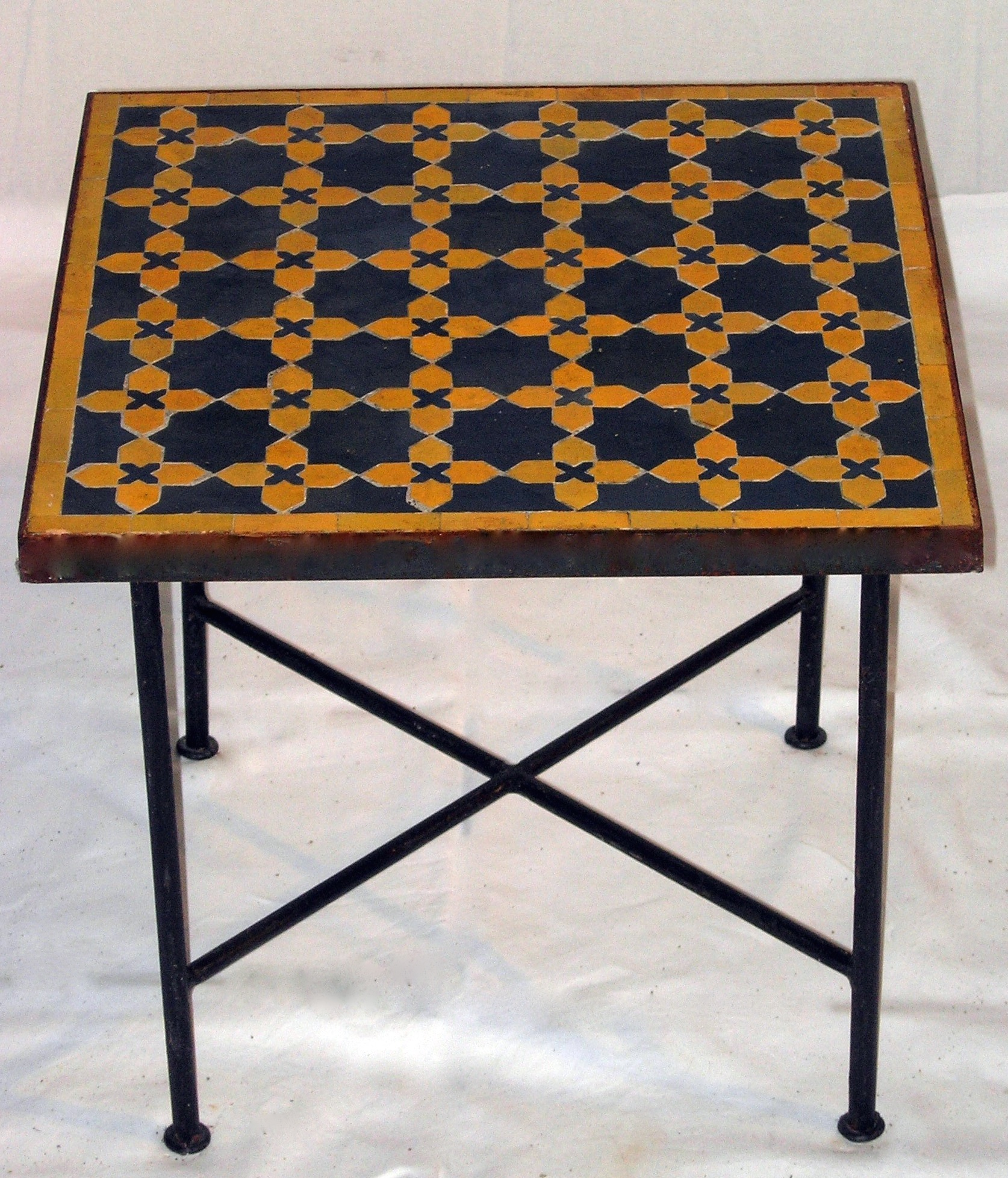 table carr e en zellige motif fleur matecha art et sud d co. Black Bedroom Furniture Sets. Home Design Ideas