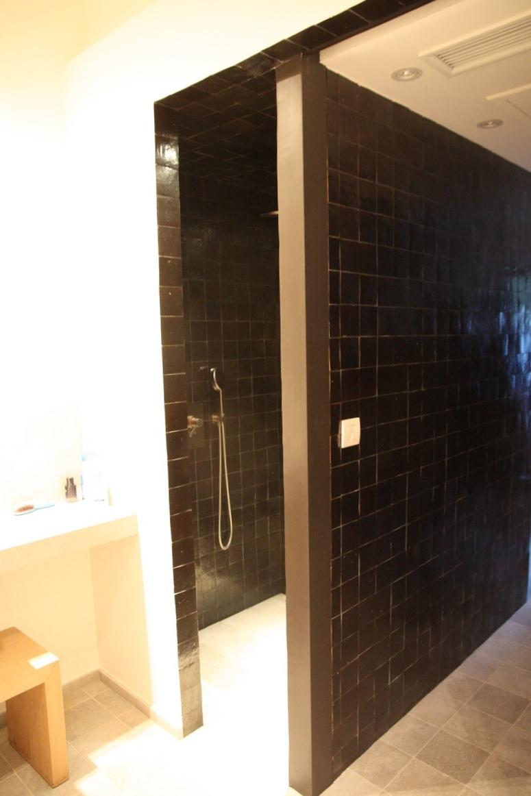 Salle de bain zellige noir   art et sud déco