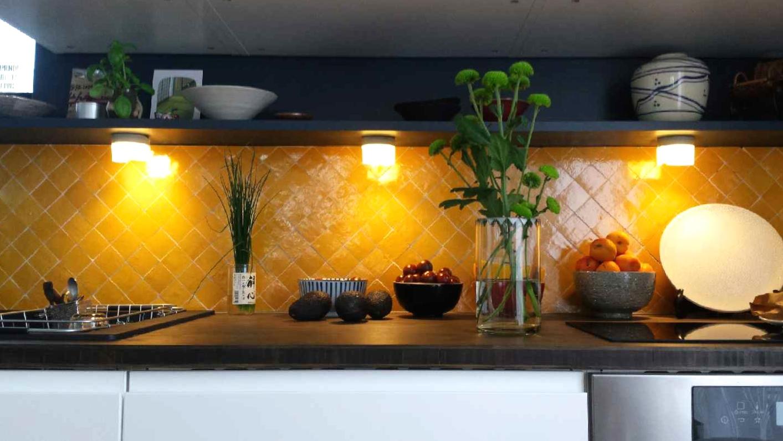 cr dence de cuisine en zellige jaune safran art et sud d co. Black Bedroom Furniture Sets. Home Design Ideas